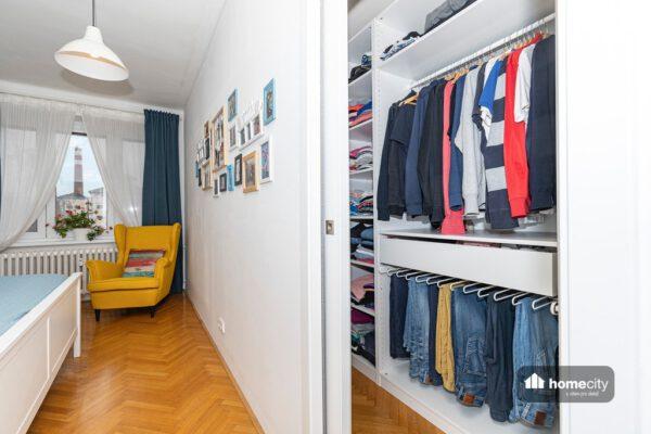 Pohled do šatny z ložnice