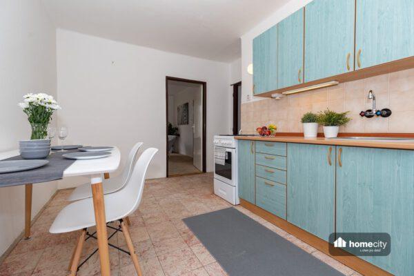 Kuchyňský kout se stolem a židlemi