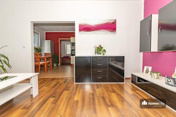 Pohled z obývacího pokoje do kuchyně