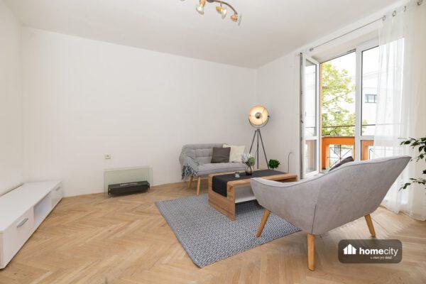 Obývací pokoj s balkonem druhý pohled