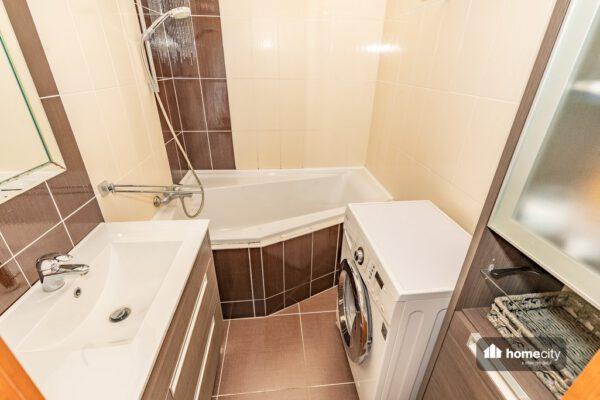 Koupelna s rohovou vanou, pračkou a umyvadlem