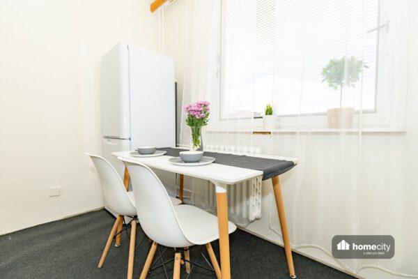 Fotografie jídelního stolu se židlemi