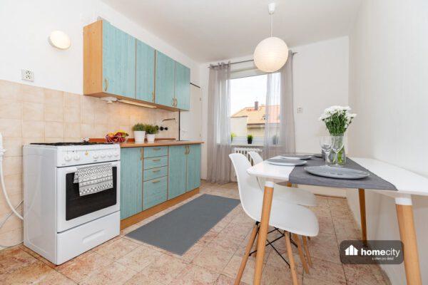 Kuchyňský kout s jídelním stolem a židlí