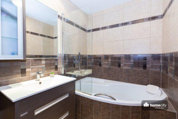Koupelna s prostornou vanou a umyvadlem