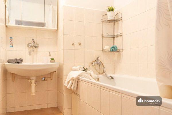 Koupelna s vanou a umyvadlem