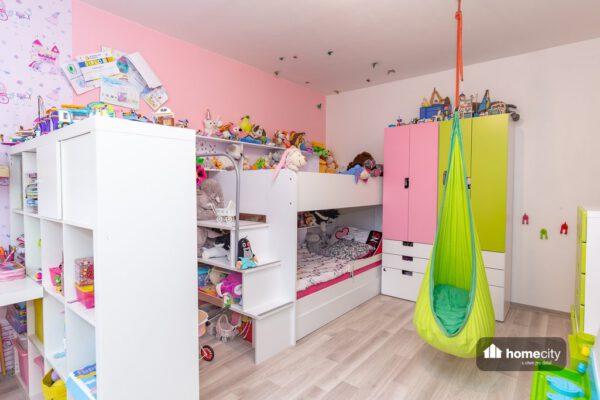 Dětský pokoj plný hraček