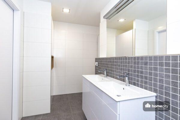 Zrekonstruovaná koupelna a dvě umyvadla