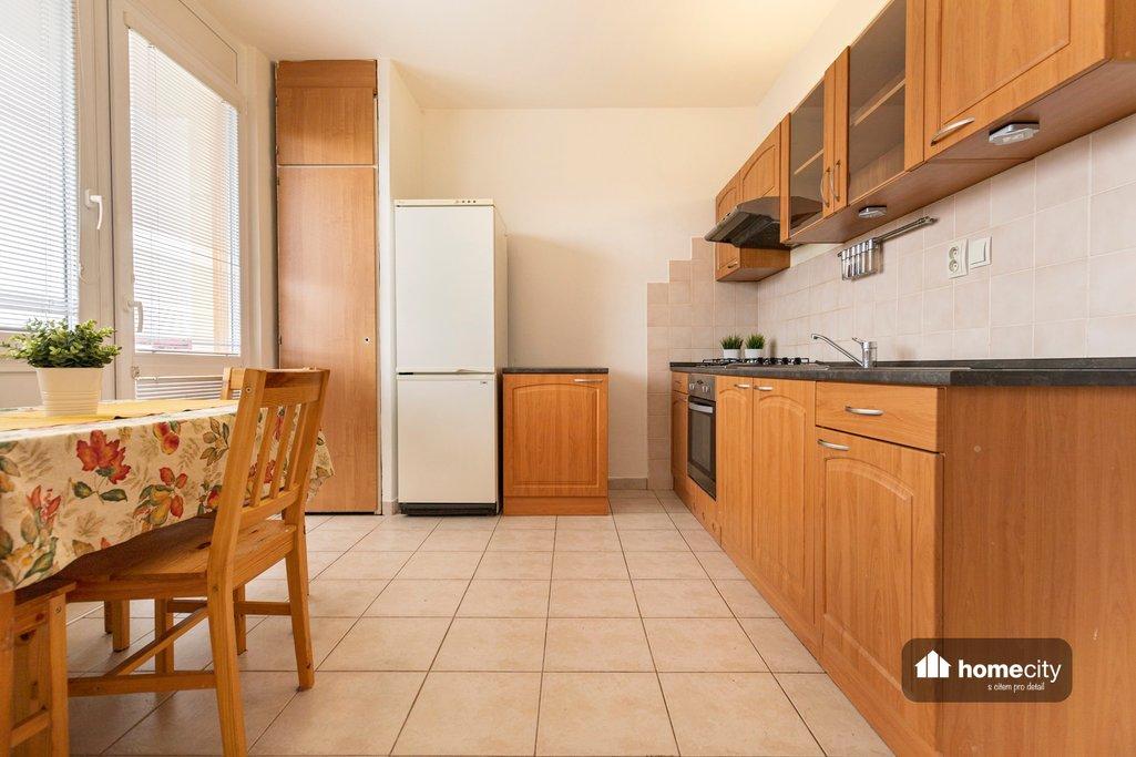 Pohled na kuchyň i jídelní část